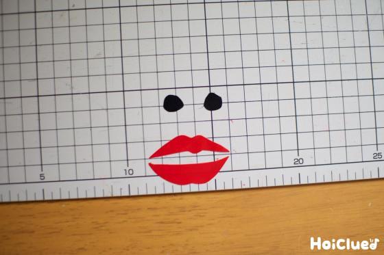 ビニールテープで鼻の穴と唇を作った写真