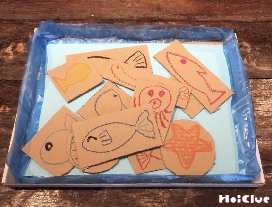 四角形の中に魚の絵を描いた写真