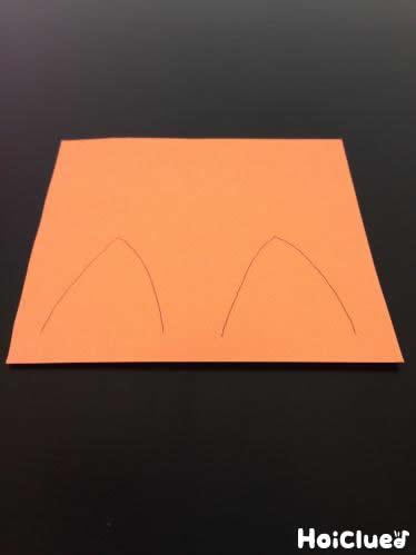 画用紙に動物の耳を描いた様子