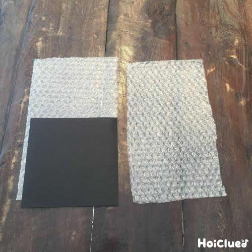 気泡緩衝剤と画用紙を長方形に切り取った写真