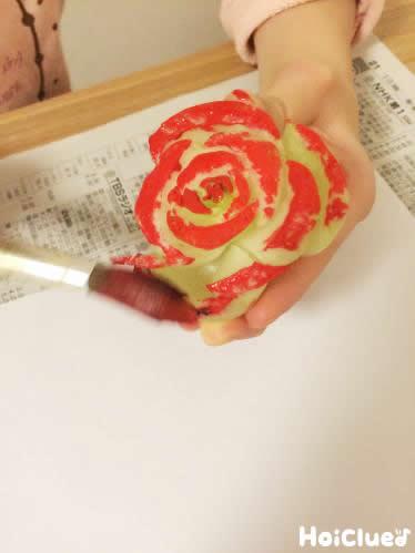 野菜の切り口に絵の具を塗っている写真