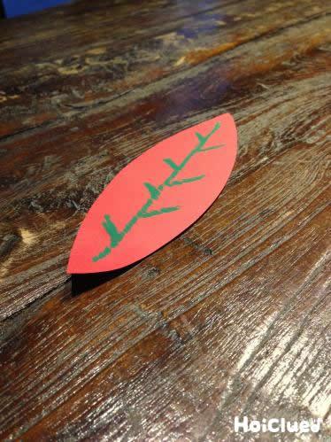 画用紙で作った葉っぱに葉脈を描いた写真