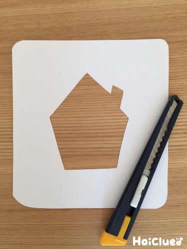 家の形にくり抜いた画用紙