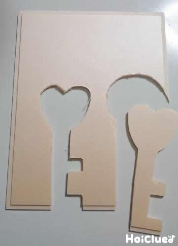 板に鍵を絵を描き切り抜いている写真