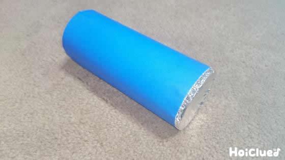 トイレットペーパーの芯の片側にアルミホイルで蓋をし、周りを折り紙で覆った様子