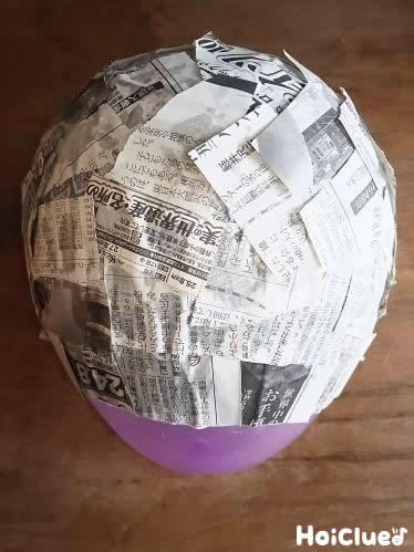 その上にちぎった新聞紙を貼り付けている写真