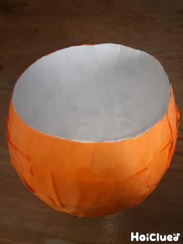 オレンジの紙をさらにはりつけて風船から外した写真