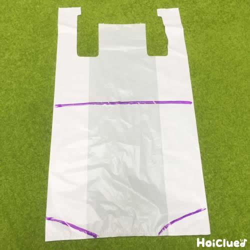 スーパーの袋をカットしている写真
