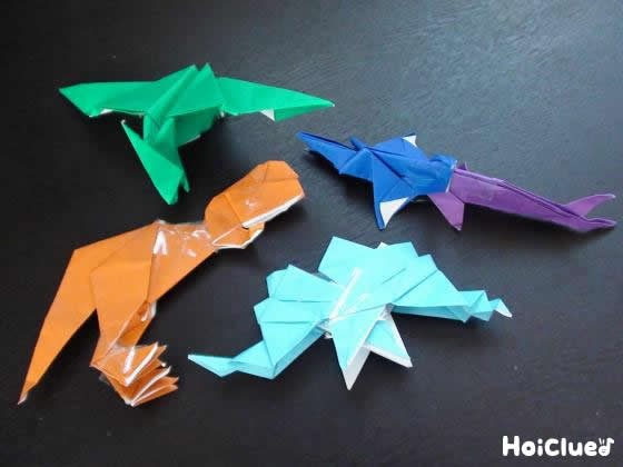 折り紙で作った恐竜の写真