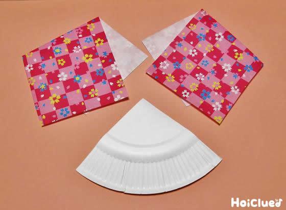 4分の1に切った紙皿と折った千代紙の写真