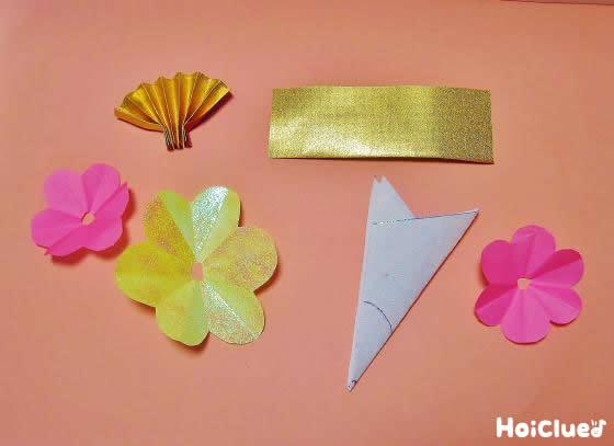 折り紙で作った扇子などのパーツ