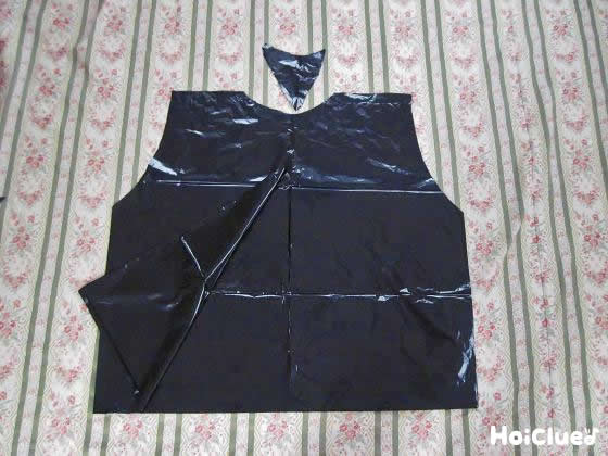 ビニール袋を上着の形に切り取っている写真