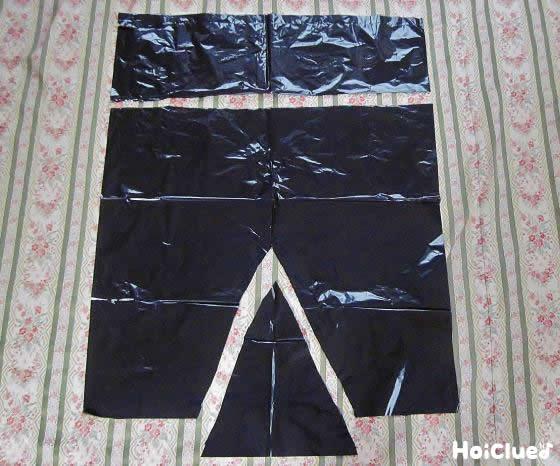 ビニール袋をズボンの形に切り取った写真