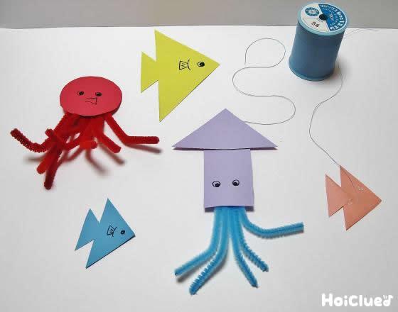 色画用紙とモールで海の生き物を作っている写真