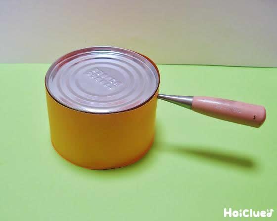 空き缶に穴を開けた写真
