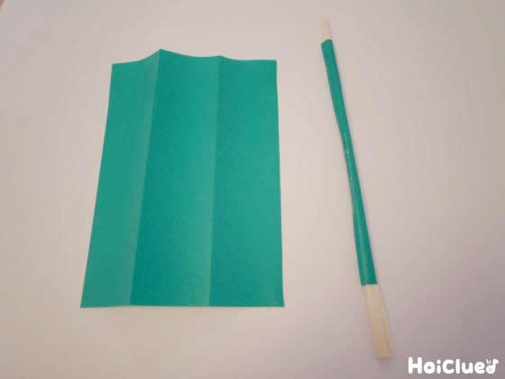 割り箸に折り紙を巻きつけた写真