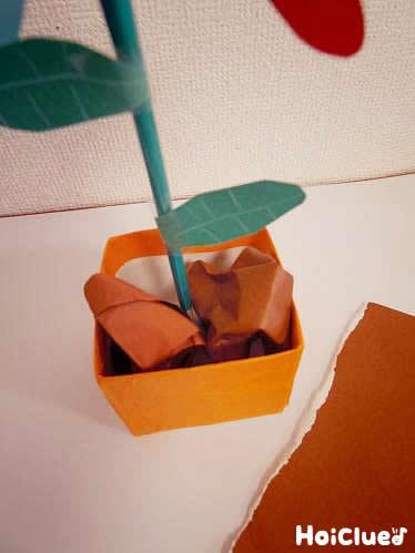 茶色い折り紙をかぶせて土のようにした写真