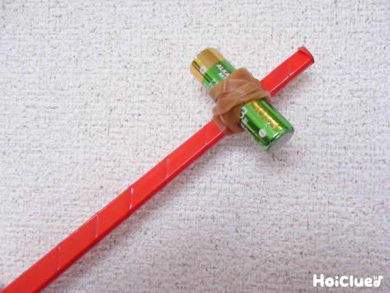 割り箸に電池を貼り付けた写真