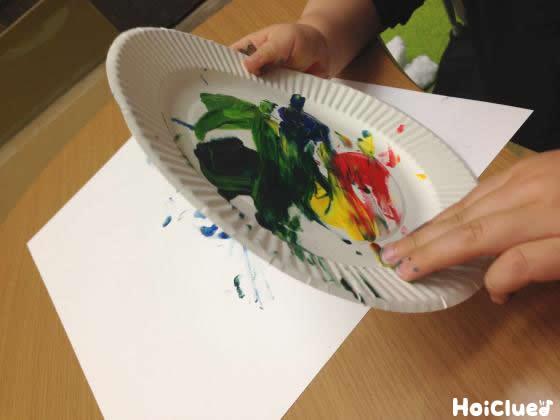 紙皿にも絵を描いている写真