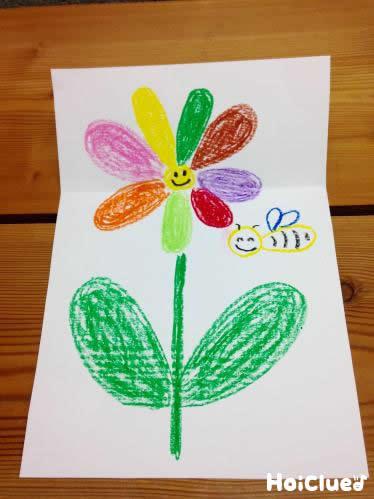 折られた部分が開き咲いたお花の絵が描かれた画用紙