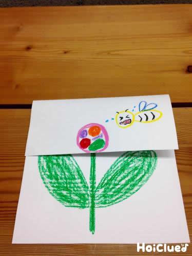 お花の絵が描かれた画用紙の上1/3が下に折られた様子