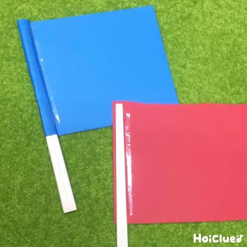 割り箸二本にそれぞれ四角い画用紙を貼り付けた写真