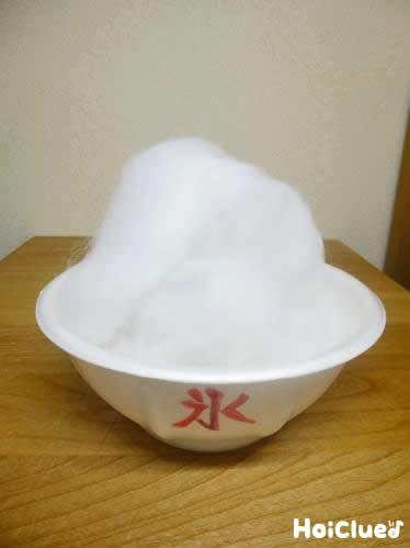 空き容器に綿をふんわり盛り付けた様子
