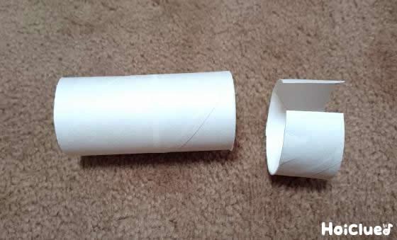 トイレットペーパーの芯をカットしている写真