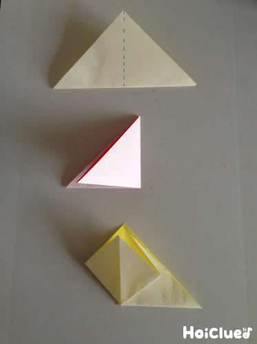 折り紙を三角に折っている写真