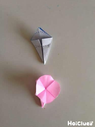 開いて花びらの部分を丸みをつけて切り取っている写真
