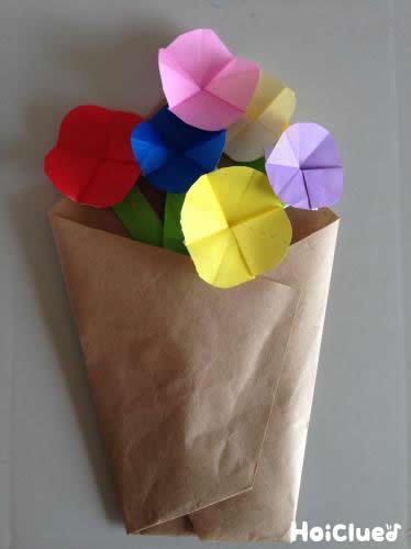 花を何本かまとめて束にして花束にしている写真