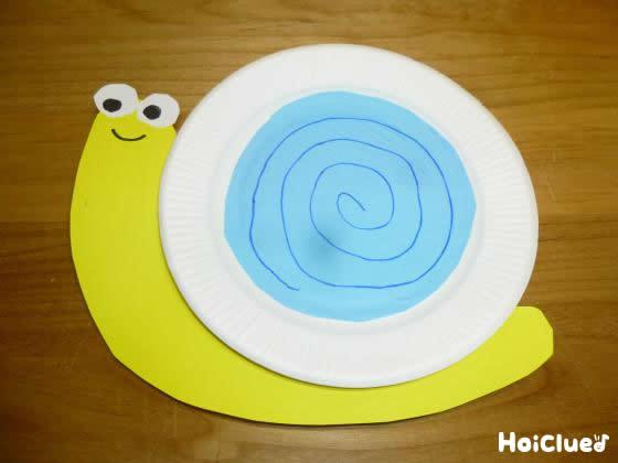 紙皿に折り紙を貼り付け、目や口をつけた写真