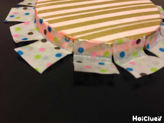 淵にも花びらのようにテープで飾り付けした写真