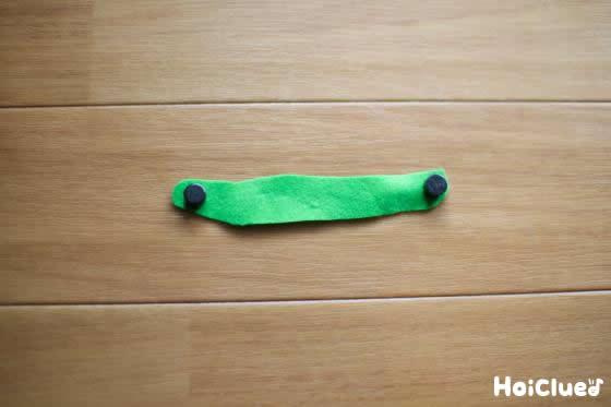 細長く切り取った緑のフェルトの写真