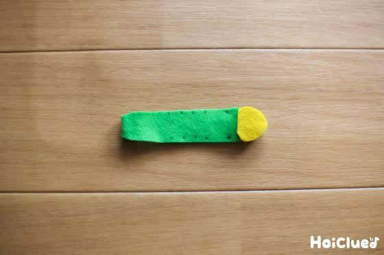 黄色いフェルトで作った頭を貼った写真