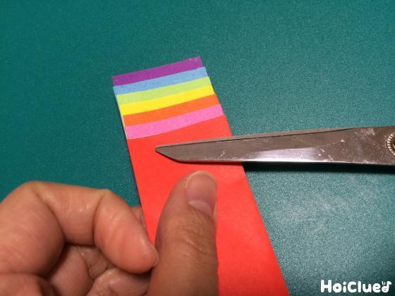 折り紙をずらしてハサミで切っている写真