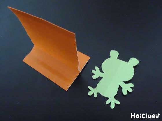 折り紙でカエルと長方形の台を作った写真
