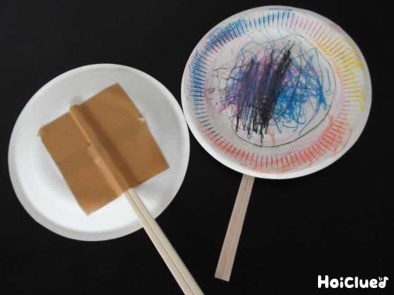 紙皿に割り箸をつけてラケットを作っている写真