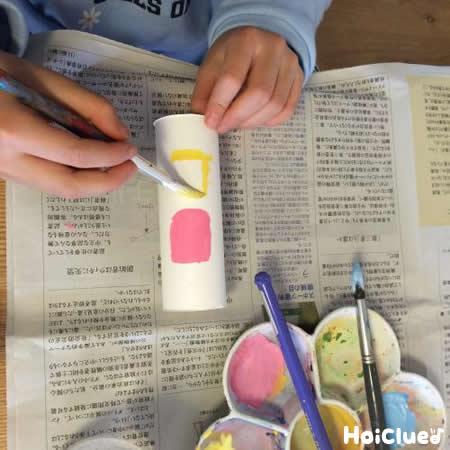 トイレットペーパーの芯に窓の絵を描いている写真