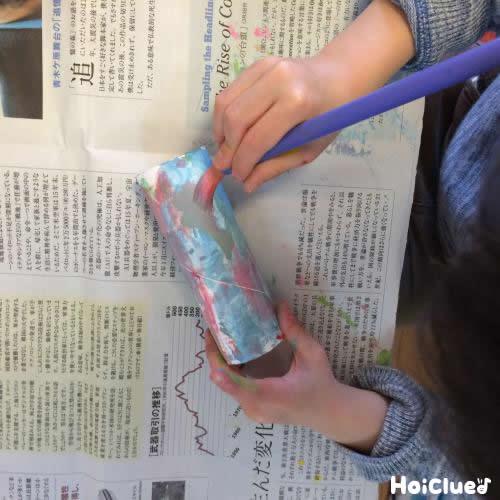 トイレットペーパーの芯に色を塗っている写真
