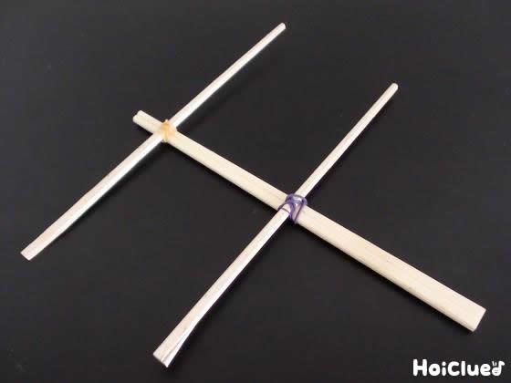 割り箸で操る部分を作っている写真
