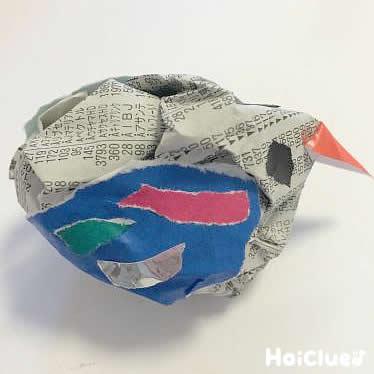 色紙で目と羽を貼り付け完成した小鳥の写真
