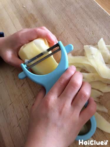 ジャガイモをスライスしている写真