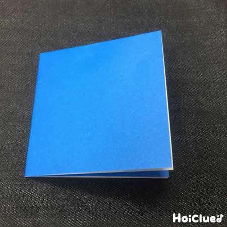 折り紙を2回折って四角くした写真