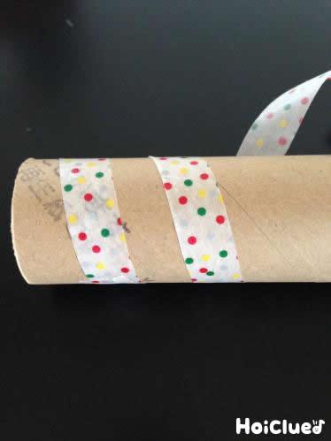 トイレットペーパーの芯にマスキングテープを巻いている写真