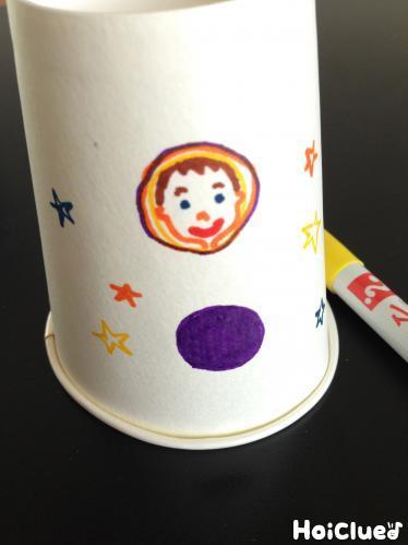 紙コップに絵を描いている写真