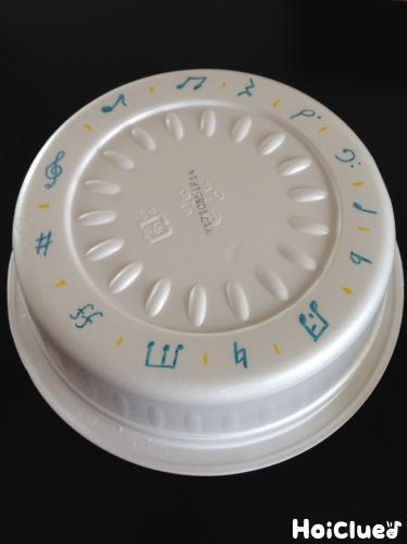 カップ麺容器の裏に絵を描いた写真