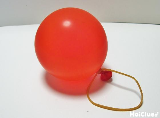 水風船を作り輪ゴムで留めた写真