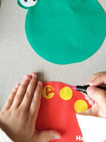 時計の文字盤を描いている写真