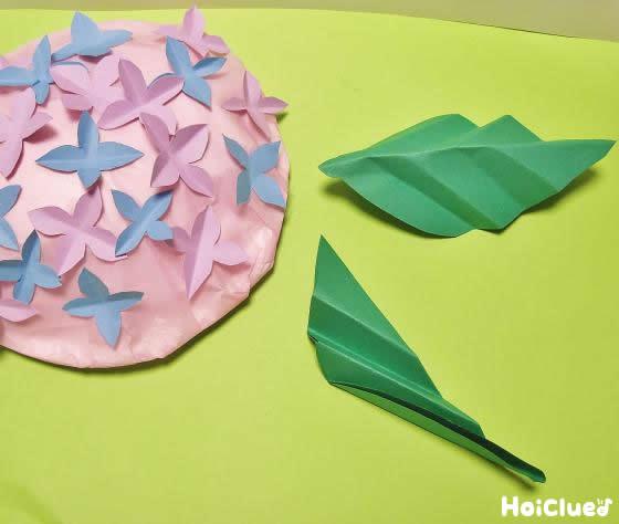 緑の画用紙で葉を作る様子